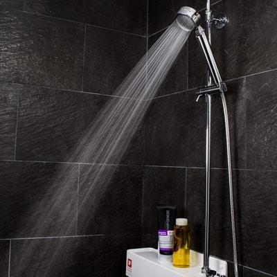Aroma Sense AS-9000 suihku tummassa kylpyhuoneessa.