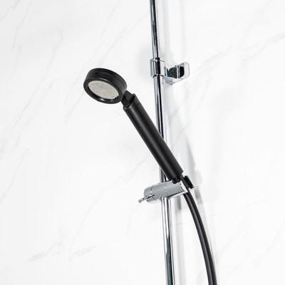 Musta PCV suihkuletku valkoisessa kylpyhuoneessa